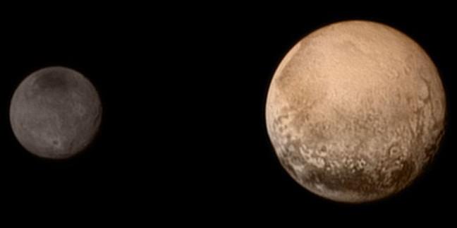 Plutone, pianeta doppio… e rosso